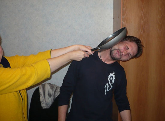 удар сковородкой по голове
