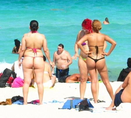 женщины в стрингах на пляже
